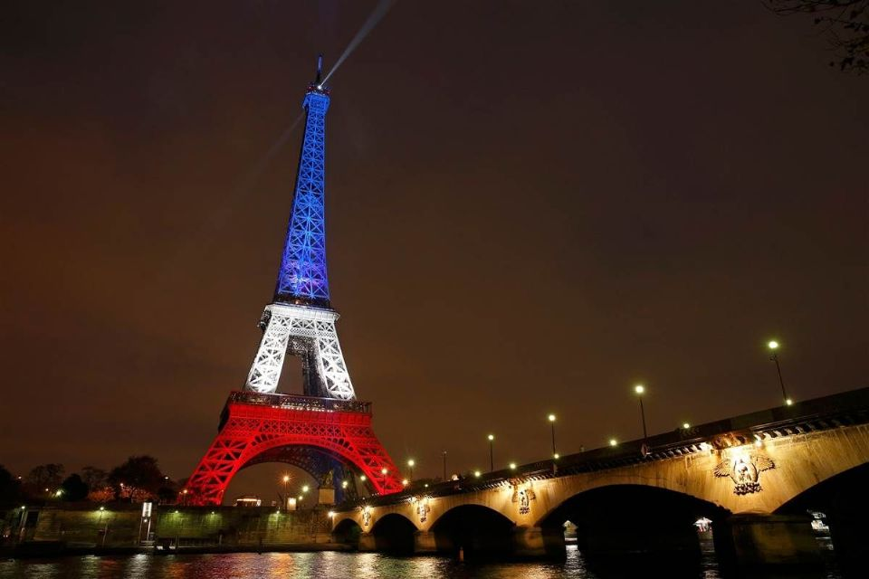 151116 eiffel tower red white blue 1240p d36e114e� ... (Click to enlarge)