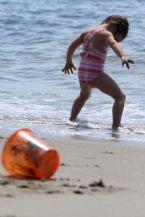kid weeing beach 1